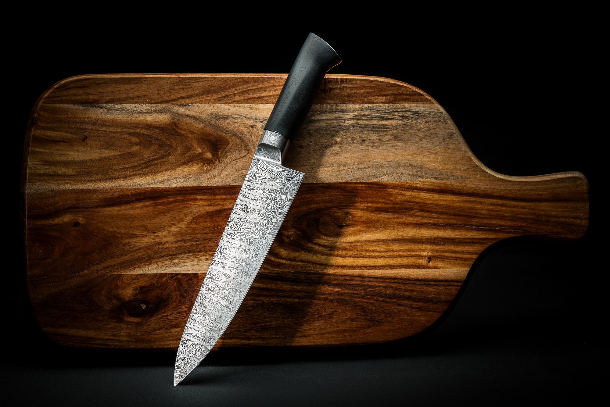Lielienstahl-Messer auf Schneidbrett aus Commercial-Portfolio