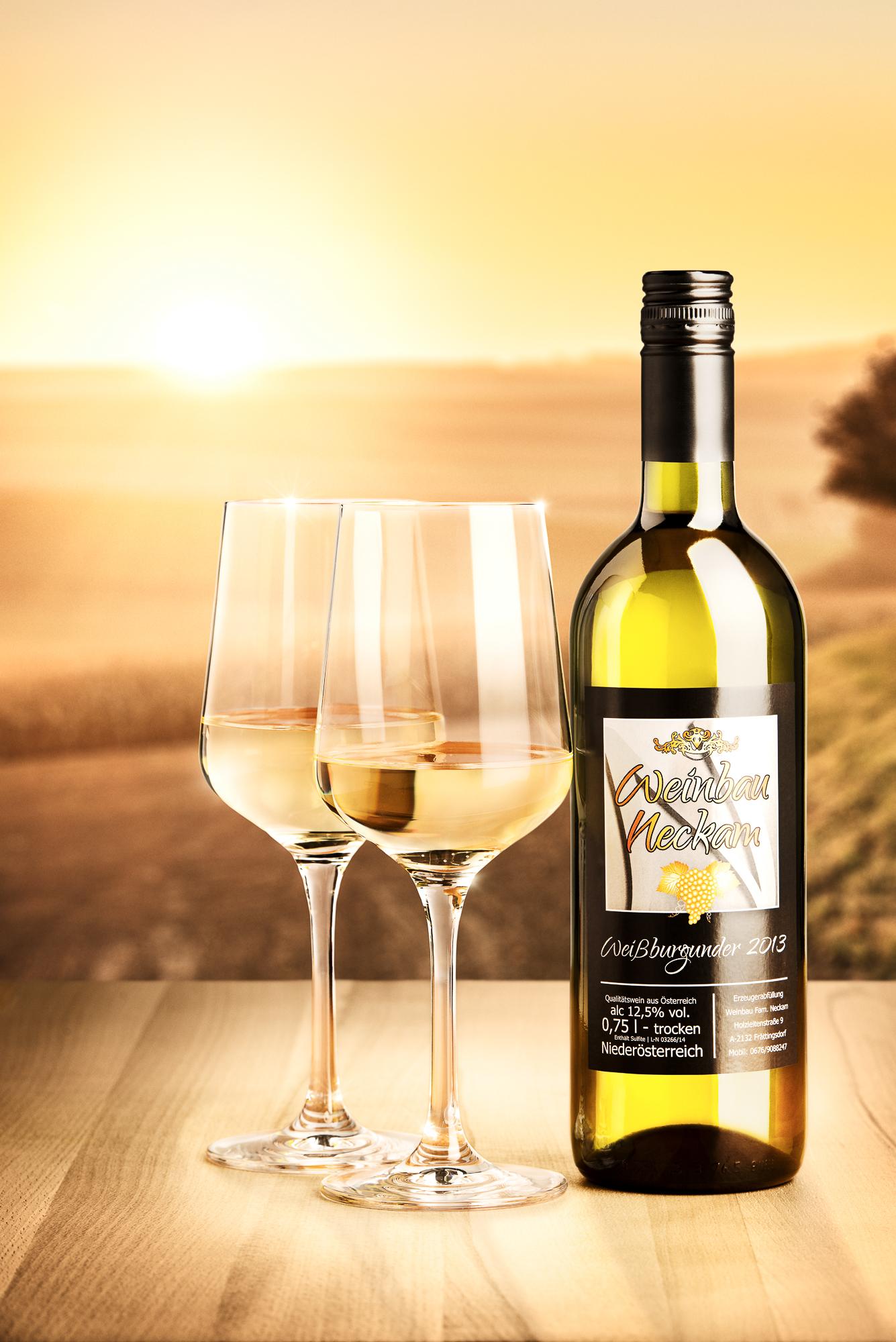 Aufnahme von 2 Weingläsern mit einer Weinbau Neckam Flasche